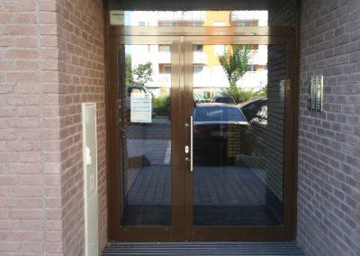 Vstupní portál bytového domu z hliníku