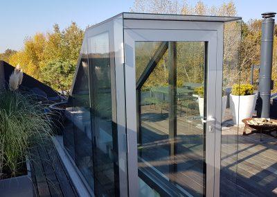 Hliníkové dveře a výstup na střešní terasu bytového domu